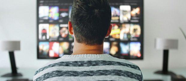 Chłopak oglądający tv