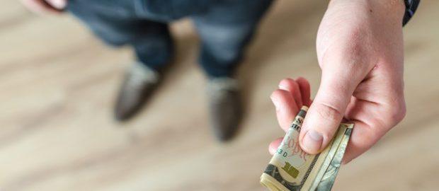mężczyzna trzyma banknot
