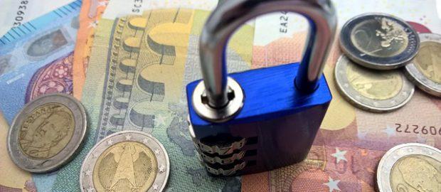 pieniądze i kłódka