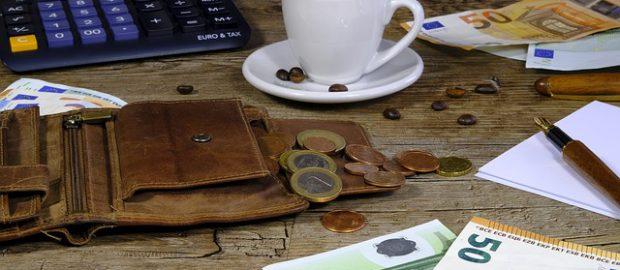Pieniądze, kalkulator i portfel