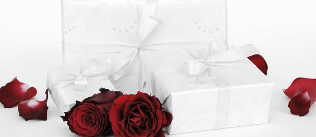 Białe pudełka i róże