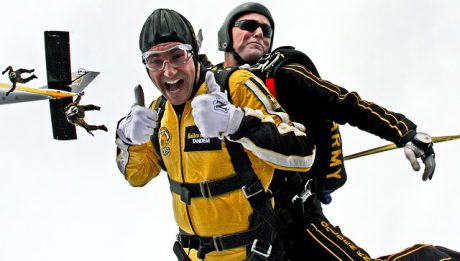 Ile kosztuje skok ze spadochronem? Czy każdy może wykonać skok ze spadochronem?