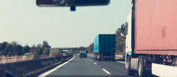 widok z samochodu na jezdnię