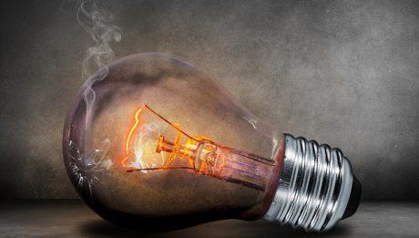 Ile kosztuje kWh prądu? Co składa się na rachunek za prąd?
