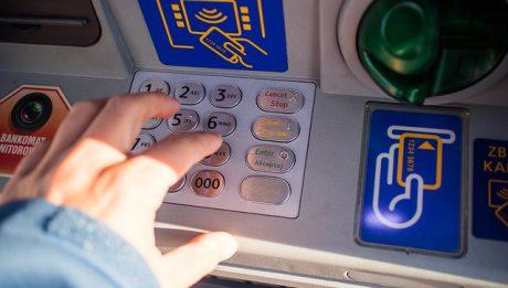 Co robić, gdy bankomat zatrzymał kartę?