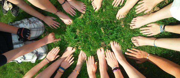 dłonie i stopy grupy ludzi