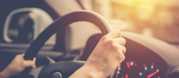 Dłonie na kierownicy