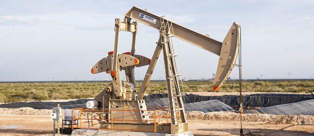 pompa na polu naftowym