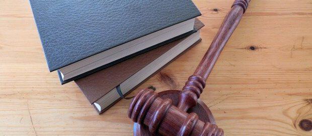 Kodeks prawny i młotek