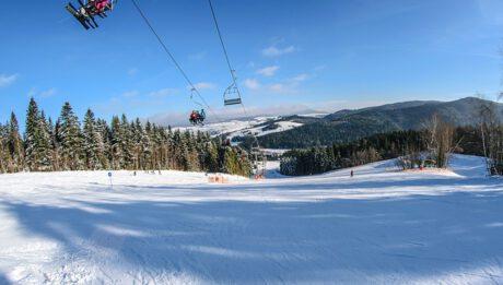 Ile kosztuje wyjazd na narty w Beskidy? Sprawdzamy ceny w Szczyrku