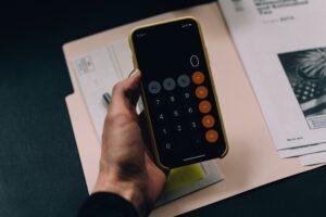 Kalkulator w ręce