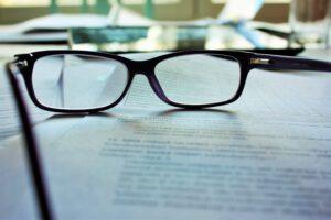 Okulary leżą na dokumentach