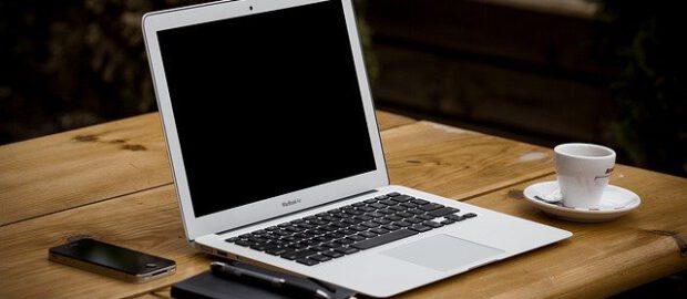 laptop, filiżanka i notatnik