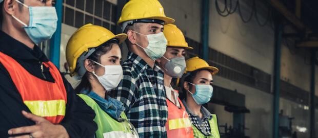 pracownicy w maseczkach