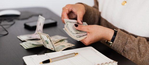Pieniądze w dłoniach