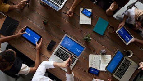 grupa pracowników przy stole