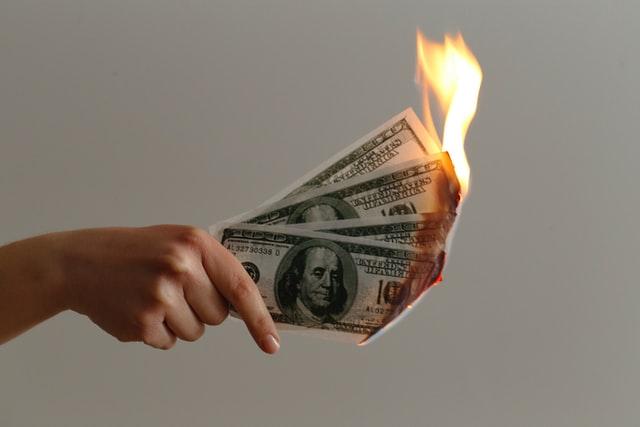 płonące pieniądze